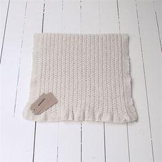 Smukt håndstrikket babytæppe med hulmønster fra Asta & Alfred. Tæppet er strikket i den blødeste blanding af morbær silke og babyalpaca uld.