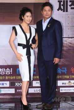 韓国・ソウルの韓国文化放送(MBC)で行われた、新ドラマ「偉大な糟糠の妻 위대한 조강지처 The Great Wives」の制作発表会に臨む、女優のキム・ジヨン(左)と俳優のイ・ジョンウォン(2015年6月11日撮影)。(c)STARNEWS ▼16Jun2015AFP MBC新ドラマ「偉大な糟糠の妻」の制作発表会、ソウルで開催 http://www.afpbb.com/articles/-/3051864 #김지영 #金志映 #Kim_Ji_young #이종원 #李鍾原 #Lee_Jong_won