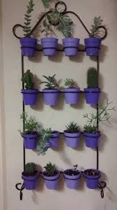 Use the same color (monochromatic) for standing plant stand! Metal Plant Hangers, Wrought Iron Decor, House Plants Decor, Flower Stands, Plant Wall, Welding Projects, Metal Crafts, Small Gardens, Outdoor Projects