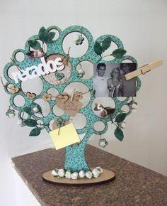 Árvore em MDF, encapada com tecido e decorada com scrap. Contém um bloquinho para pequenas anotações e recados. Foto não inclusa R$140,00
