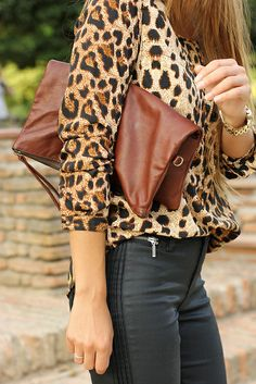 Leopard Print Shirt And Leather Jeans and cute clutch Look Fashion, Fashion Outfits, Womens Fashion, Fashion Trends, Motif Leopard, Leopard Prints, Cheetah Print, Estilo Glamour, Looks Black