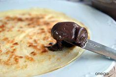 Esta crema de cacao suple perfectamente a la típica nocilla que tan acostumbrados estamos a ver. Entre varias recetas que circulan por la red, he adaptado un poco los ingredientes y cantidades a mi…