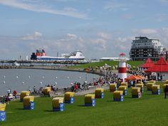 Grüner Strand im Nordseebad Cuxhaven, im Hintergrund das in London registrierte…