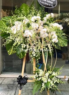 New Pictures modern Funeral Flowers Style If you happen to be setting up or participating in, memorials are usually a somber and from time to time stres. Funeral Floral Arrangements, Tropical Flower Arrangements, Creative Flower Arrangements, Beautiful Flower Arrangements, Condolence Flowers, Sympathy Flowers, Casket Flowers, Funeral Flowers, Funeral Sprays