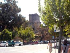 Vista del Castillo de los Condes de Oropesa, (Parador de Turismo) desde la carretera principal. Si quieres venir a Jarandilla a pasarlo en grande puedes aprovechar su fiesta grande, Los Escobazos, el 7 de diciembre.