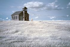 This church is the only building left in the ghost town of Cottonwood, Montana Abandoned Churches, Old Churches, Abandoned Places, Old Country Churches, Montana Homes, Scenic Photography, Night Photography, Landscape Photography, Photography Tips