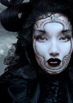 Rosalin, la belleza encerrada en un espejoRosalin M. Roling lleva un maquillaje que emula la belleza reflejada en el espejo mágico de Blancanieves, combinando oscuridad y luz, Labios en una tonalidad roja tan oscura que parece negra, destacando sobre un rostro tan blanco como la nieve y unos ojos verdes de una mirada tan intensa que es capaz de hipnotizar y doblegar la voluntad de cualquier hombre.