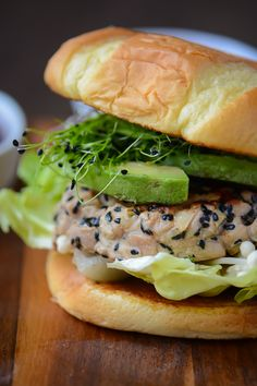 These ahi tuna burgers with spicy sriracha mayo are a great alternative to a traditional burger, and they come together in less than 30 minutes! Tuna Recipes, Burger Recipes, Seafood Recipes, Cooking Recipes, Healthy Recipes, Cooking 101, Salmon Recipes, Healthy Meals, Healthy Food