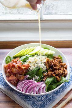 Insalata di spinaci con mele, pancetta, e Maple Noci Spicy | piselli dolci e zafferano
