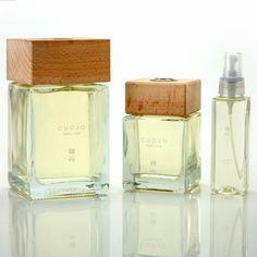 """La fragranza """"CUOJO"""" è un inno all'intramontabile eccellenza dell'estro, e della maestria del made in Italy nel mondo.  Si ispira al patrimonio storico della profumeria, e si rifà a note aromatiche utilizzate nel mondo della moda già dal 1600.  Aroma di grande carattere, forte ed elegante.  Nei primi anni venti Chanel lanciò con successo una delle prime fragranze su questi toni, seguita da Hermes e Yves Saint Laurent.  http://www.enelixir.com/it/home/1-cuojo.html"""