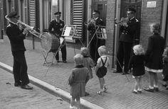 Utrecht - Van Alphenstraat - muziek van de gebroeders Veerman - 1942 - fotograaf Nico Jesse