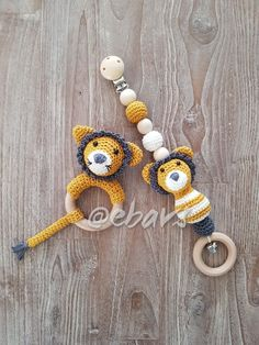 Lief babysetje Leeuw, patroon uit het boekje box bed en buggyspeeltjes Crochet Baby Toys, Diy Crochet, Baby Patterns, Crochet Patterns, Baby Lovey, Baby Rattle, Baby Kind, Baby Crafts, Yarn Colors