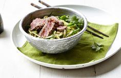 Gewokte spaghetti van courgette met prei, boontjes en runderreepjes met sesam Wok, Food Inspiration, Potato Salad, Lamb, Cabbage, Healthy Recipes, Healthy Food, Keto, Chicken