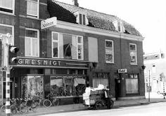 Gezicht op de voorgevels van de winkelwoonhuizen Amsterdamsestraatweg 134-lager te Utrecht met rechts het huis nr. 134; geheel rechts de ingang van de 1e Daalsedijk.1965 Utrecht, Amsterdam Netherlands, Was, Milk, Ice Cream, Street View, Bread, Historia, No Churn Ice Cream