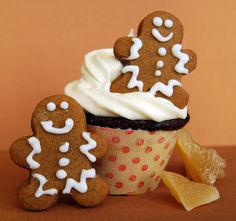 Bring in the holidays with our Gingerbread Cupcakes with Lemon Cream Cheese Frosting. Delicious - melt in your mouth and that Lemon Cream Cheese Frosting. Frost Cupcakes, Yummy Cupcakes, Gingerbread Cupcakes, Christmas Gingerbread, Christmas Cakes, Gingerbread Houses, Christmas Treats, Cupcake Frosting, Cupcake Cakes