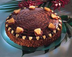Шоколадный торт (Schokoladen) Для песочного теста: ●150 г сахара, ●150 г сливочного масла, ●1 яйцо, ●300 г муки, ●шоколадная глазурь. , 20 г. горькой нуги. Для украшения: шоколадная стружка.