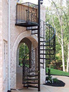 un escalier extérieur en colimaçon métallique avec des ornements