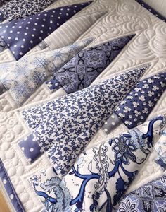 Long table runner Winter quilt Bed runner Buffet topper White-blue fireplace accent Centerpieces for the whole winter Santa pieced quilt Table Runner And Placemats, Table Runner Pattern, Quilted Table Runners, Bed Quilts, Quilt Bedding, Bed Runner, Plus Forte Table Matelassés, Winter Quilts, Quilted Table Toppers