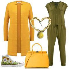 Una jumpsuit color kaki viene abbinata ad un cardigan lungo giallo, come la borsa. Le scarpe sono delle sneakers on un'allegra fantasia e , per completare si può aggiungere una collana con un ciondolo giallo.