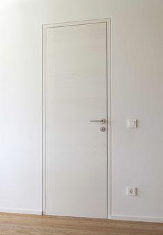 דלת פנים קו אפס כולל המשקוף. מדובר בפריט ייחודי שלא רואים בכל יום. העבודה ניתנת לביצוע באמצעות  הדבקת פנלים חתוכים ב 45 מעלות. ליצירת האפקט המיוחד Actie: onzichtbare deuren - D'Hondt Interieur