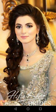 Pakistani Gorgeous Bride #Pakistanibride #Asianbrides #eautifuldress #weddingDress #weddingmakeup Pakistani Engagement Hairstyles, Pakistani Wedding Hairstyles, Bridal Hairstyle Indian Wedding, Pakistani Bridal Makeup, Pakistani Wedding Outfits, Bridal Hair Updo, Bridal Outfits, Pakistani Hair, Hairstyles For Gowns