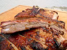 Die perfekten Spareribs sind solche, die den Weg des amerikanischen Barbecues gegangen sind. Probieren Sie es aus. Die perfekten Rippchen benötigen Zeit und milde Hitze. Ganz besonders wichtig: bestellen Sie bei Ihrem Metzger die dicken Fleischrippen!