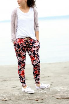 Momiform: Floral Hudsons Pants + Converse Kicks – Delia Creates Momiform: Floral Hudsons Pants + Converse Kicks My Momiform: floral comfy pants and slip on Chuck Taylors. // Delia Creates Check out the style gallery: clvr. Cute Pants, Comfy Pants, Comfy Clothes, Mode Outfits, Casual Outfits, Fashion Outfits, Joggers Outfit, Harem Pants Outfit, Look Blazer