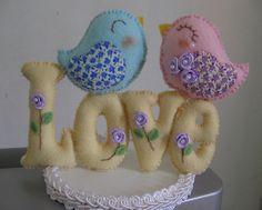 Topo de bolo com a palavra LOVE  e um lindo casal de passarinhos, confeccionado em feltro. R$ 45,50 Diy Home Crafts, Clay Crafts, Felt Crafts, Fabric Animals, Felt Animals, Bear Felt, Fourth Of July Decor, Felt Banner, Felt Birds