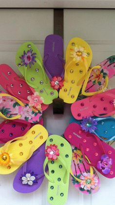 Flip flop wreath! This is adorable for summer decoration on my front door!
