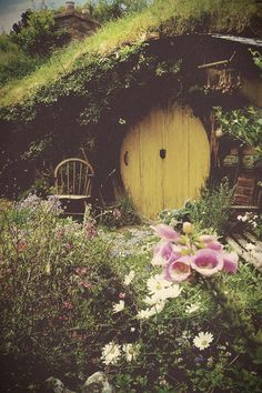 Dreamy Hobbit Hole Absolutely my dream house. A hobbit hole. Earthship, Casa Dos Hobbits, Fairy Houses, The Hobbit, Hobbit Door, Middle Earth, Fairy Tales, Beautiful Places, Home And Garden
