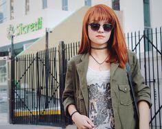 Escolhi usar essa jaqueta sarja verde para combinar com a legging e as botas pretas, e para dar mais contraste uma blusinha regata branca com estampas pretas