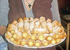 Un desert rapid, care garantat vă va ieși mult mai fain decât varianta din… Romanian Desserts, Romanian Food, Sweets Recipes, Cake Recipes, Pastry Cake, Delicious Desserts, Sweet Treats, Good Food, Food And Drink