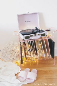 Bedroom vintage retro record player 66 ideas for 2019 Crosley Record Player, Retro Record Player, Record Players, Vintage Room, Bedroom Vintage, Record Player Reviews, Vinyl Storage, Home And Deco, Dream Rooms