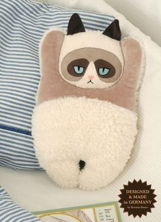 Das Grumpy Cat-Wärmekissen ist gar nicht grummelig, sondern wunderbar weich und kuschelig. Es wurde im Januar 2013 von mir designt. Jedes Grumpy Ca..