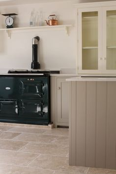 We love this gorgeous Shaker Kitchen laid with our Light Tumbled Travertine.