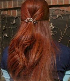 Long flowing firery red hair beautifully displaying the silver Celtic knot flexi clip.
