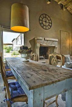 La bella Toscana italiana nos inspira hoy: Fotos: Casa Cambossa, Pinter. Rustic Elegance, Rustic Chic, Rustic Furniture, Painted Furniture, Light Colored Wood, Mediterranean Home Decor, Tuscan Style, Furniture Inspiration, Wooden Tables