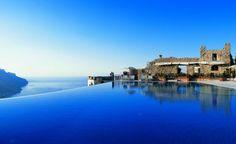 La piscina a sfioro dell'Hotel Caruso, a Ravello, è un autentico capolavoro architettonico. Riscaldata per permettere il bagno anche quando fa fresco, sembra sospesa tra le nubi e offre una vista mozzafiato sulla Costiera Amalfitana. Info: www.hotelcaruso.it