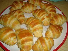 A legfinomabb házi kifli receptje, de kifliforma helyett apró zsemlécskéket vagy stanglikat is csinálhatunk belőle! Otthon sütve nemcsak jobb lesz, de olcsóbban jövünk majd ki. Bread Recipes, Cake Recipes, Food Lab, Hungarian Recipes, Ciabatta, Winter Food, Sushi, Bakery, Muffin