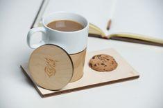 Dossier de presse | 884-04 - Communiqué de presse | Projet HEC édition 2014 - Faculté d'aménagement de l'Université de Montréal - Design industriel -    Mugzy<br><br>Mugzy est une tasse qui réchauffe votre cœur en temps d'hiver. Grâce à son enveloppe en bois ainsi qu'à son couvercle, la tasse permet de garder votre café/thé chaud plus longtemps. Cette enveloppe épouse parfaitement la forme de la tasse, mais elle demeure détachable. Accompagnée d'un petit plateau en contre-plaqué, Mugzy…