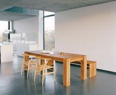Je weitläufiger, kühler und puristischer die Architektur wirkt, desto schwerer ist es, einen Essplatz einzurichten, an dem man sich gerne niederlässt. Das...