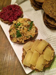 Finnisches Roggenbrot mit Rote-Bete-Dill-Aufstrich, Kartoffelsalat und Harzer Käse