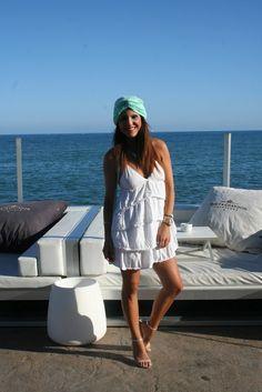 """Adriana """"El """"dress code"""" exigía ir de blanco con complementos en turquesa, así que opté por un vestido con volumen y turbante en turquesa""""."""