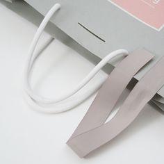 デザイナーのデザインした紙袋をデザインはそのままオリジナル紙袋を注文できるデザインラボラトリーの紙袋をご紹介!! . . . . #ベリービーバッグ #紙袋 #ショッパー #グラフィックデザイン #紙袋デザイン #デザイン #女性的 #リボン #berrybbag #osaka #japan #shopper #paperbag #design #graphicdesign #package #designoffice #feminine #ribbon