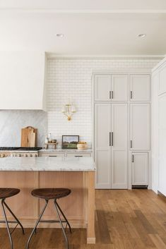 Light Wood Kitchen – A mix of mid-century modern, bohemian, and industrial interior style. Home and apartment decor, Apartment Kitchen, Kitchen Interior, Kitchen Decor, Kitchen Design, Room Kitchen, Kitchen Cabinets, Cottage Kitchens, Home Kitchens, Modern Kitchens