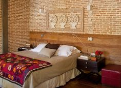 Este quarto, projetado pela arquiteta Flavia Petrossi, dobrou de tamanho depois de ser integrado ao escritório. Destaque para a parede de tijolinhos atrás da cabeceira, feita com madeira de demolição (Foto: Luis Gomes)
