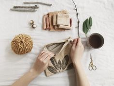 How to print with plants onto fabric — kaliko Hand Printed Fabric, Printing On Fabric, Fabric Painting, Diy Painting, Natural Dye Fabric, Natural Dyeing, Linoleum Block Printing, Craft Packaging, Fabric Stamping
