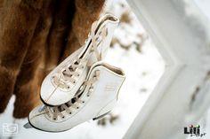 A régi korcsolyák stílusosságával a mostaniak nem vehetik fel e versenyt...Egy téli rusztikus esküvőhöz az ilyen antik darabok illenek! Sneakers, Wedding, Shoes, Fashion, Tennis, Valentines Day Weddings, Moda, Slippers, Zapatos