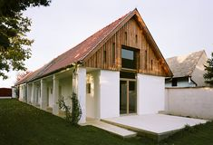 Haus M., Foto: Andreas Buchberger Haus M., Foto: Andreas Buchberger Haus M., Foto: Andreas Buchberger Haus M. House Roof, Facade House, Barn House Design, Reading Room Decor, Arched Doors, Farmhouse Remodel, House Goals, Cottage Homes, Little Houses