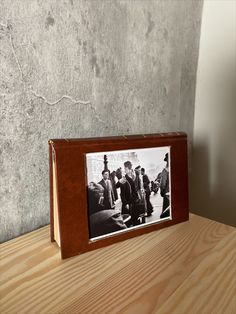 Make an original and cheap photo frame with an old book Cheap Photo Frames, Old Books, Diy Ideas, The Originals, Decor, Hardcover Books, Place Mats, Bazaars, Upcycle